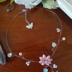 Collier pour la mariée ou son cortège, papillon et fleur dans les tons blanc et vieux rose, thème champêtre. Réf. 20