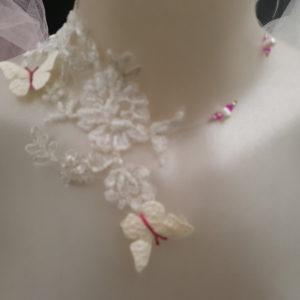 Collier pour mariage en dentelle perlée et papillons tons blanc et fuschia. Réf. 127