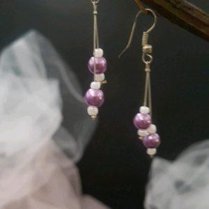 Boucles d'oreilles mariage en perles nacrées parme/mauve et rocailles blanches. Réf. 125