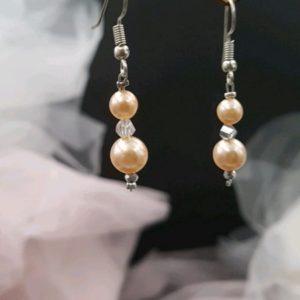 Boucles d'oreilles pour mariée en perles de verre nacré ivoire et aspect strass argent. Réf. 126