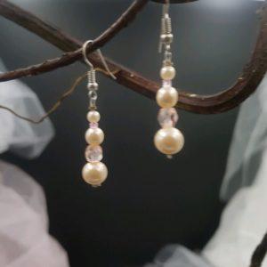 Boucles d'oreilles pour la mariée et son cortège, dans les tons blanc cassé et rose. Réf. 129