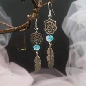 Boucles d'oreilles plumes et perles turquoise style dreamcatcher. Réf. 124