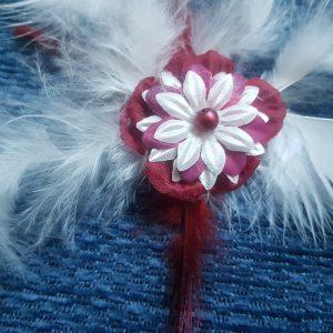 Broche pour la mariée ou son cortège, fleur et plumes dans les tons rouge bordeaux et blanc cassé. Réf. 37