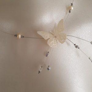 Collier pour les mariées qui ont pour thème les papillons, avec papillon et perles, blanc cassé. Réf. 98