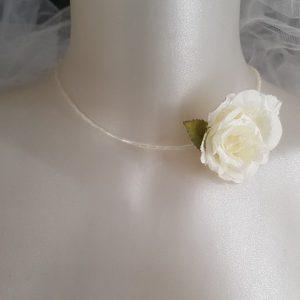 Collier pour mariée au thème champêtre, raffiné, chic, avec rose blanche. Réf. 99