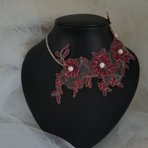 Collier pour la mariée et son cortège en dentelle bordeaux, argent  et perles ivoire. Réf. 4