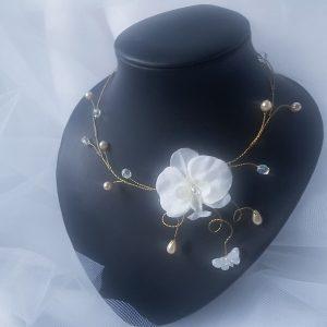 Collier pour futures mariées aux thème les orchidées et les papillons. Réf. 1