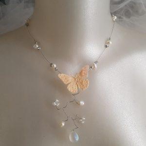 Collier pour futures mariées au thème les papillons et le rose nude, poudré. Réf. 101