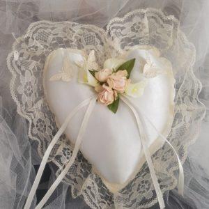 Coussin d'alliances pour mariage, porte alliances pour les thèmes champêtre, romantique, chic avecroses et papillons. Réf. 86