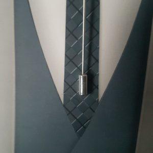 Epingle à cravate ou à lavallière dans les tons blanc nacré et argent. Réf. 47