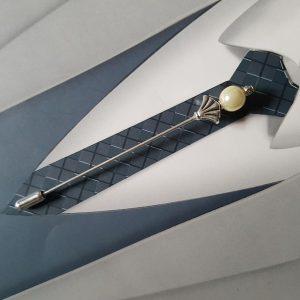 Epingle à cravate ou à lavallière, dans les tons blanc cassé et argenté. Réf. 49