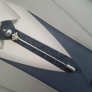 Epingle à cravate ou lavallière dans les tons gris et argenté. Réf. 51