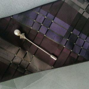Epingle à cravate ou à lavallière, tons blanc et argent. Réf. 53