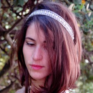Headband, serre tête en dentelle taupe et demi perles blanches. Réf. 35