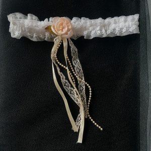 Jarretière mariage romantique bohème chic et raffinée, en dentelle rose pâle, ivoire, blanc. Réf. 27