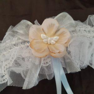 Jarretière dentelle blanche, fleur rose beige et papillon. Réf. 28