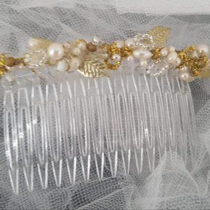 Peigne pour futures mariée au thème chic, perles et feuilles, blanc nacré et doré. Réf. 85