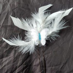 Pic mariage, papillon blanc et turquoise, plumes blanc cassé. Réf. 30