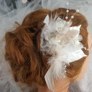 Pic mariage papillon capuccino, plumes et rose blanc cassé, feuilles blanches. Réf. 93