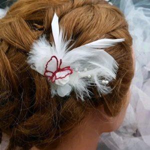 Pic mariée plumes, fleur et papillon tons rouge Bordeaux blanc. Réf. 77