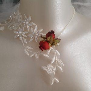 Collier pour mariée au thème chic et raffiné, en dentelle perlée et roses rouges. Réf. 97