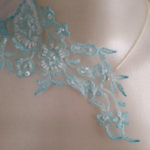 Collier de mariée en dentelle perlée turquoise et blanc cassé. Réf. 100