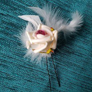 Pic à cheveux rose blanc cassé/crème, coeur bordeaux/framboise et plumes. Réf. 32