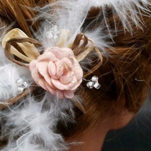 Pic pour la mariée ou son cortège avec fleur rose nude, perles, plumes, raphia, thème champêtre. Réf. 76