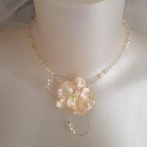 Collier de mariage avec une orchidée couleur rose pâle nacré. Réf. 89