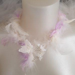 Collier de mariage plumes et papillons tons parme et blanc cassé. Réf. 90