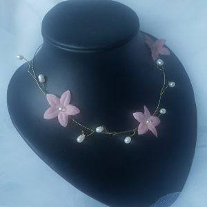 Collier pour mariage au thème champêtre, fleurs rose et perles blanches. Réf. 3
