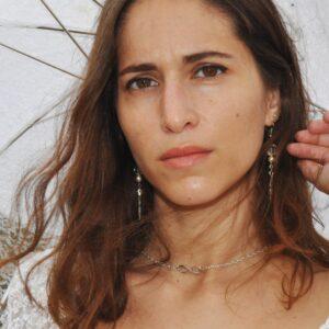 Collier de dos argenté pour mariage avec perles blanc nacré, signe à l'infini et une plume, réf. 133