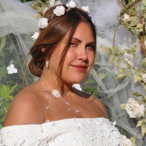 Collier mariage fleur et perles pendants sur le côté, Réf. 00136